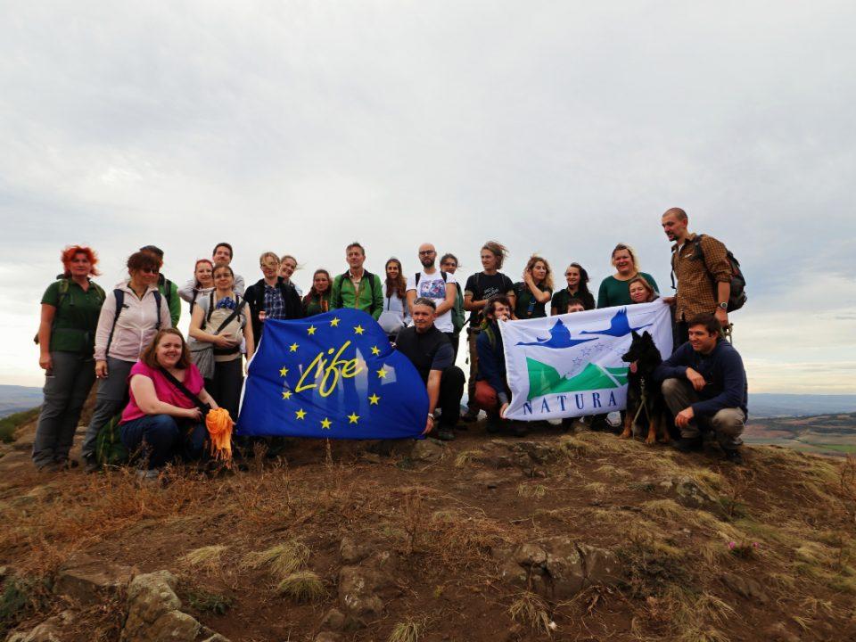 Všichni účastníci monitorovací mise projektu Jedna příroda financovaného z evropského programu LIFE na vrcholu Brníku